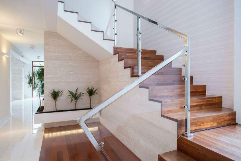 Desain tangga kayu genius dengan handrail besi dan kaca