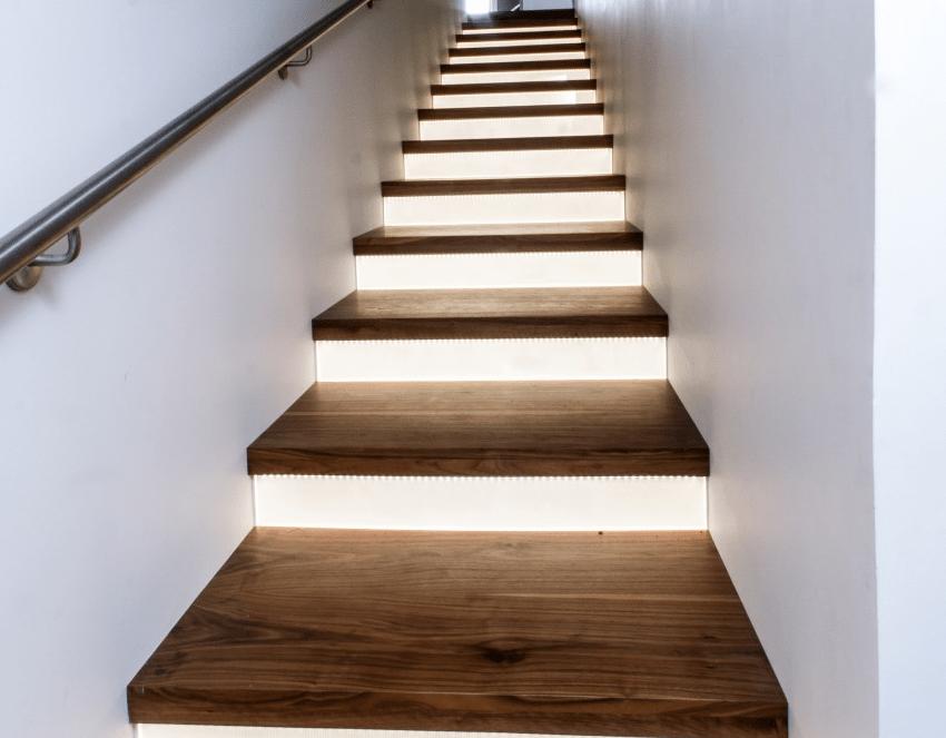 Desain tangga kayu dengan pencahayaan tersembunyi