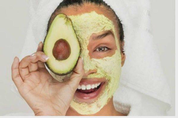cara mengatasi kulit kering secara alami dengan menggunakan masker alpukat