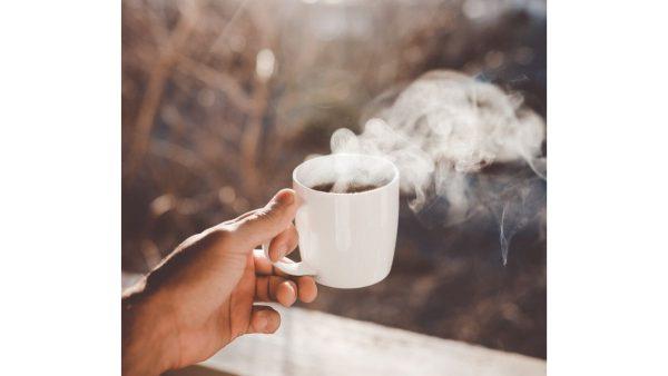 segelas kopi ketika bekerja dari rumah